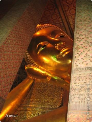 Если вам не надоело смотреть на мир моими глазами :), то сегодня предлагаю посетить столицу Тайланда - Бангкок. Изначально Бангкок представлял из себя небольшой торговый центр и порт, называвшийся в то время Банг Кок (Bang Кok) — место где растут оливки («bang» — деревня, «kok» — оливковый), обслуживающий столицу Таиланда того времени — город Аюттхая (Ayutthaya). В 1767 году Аюттхая был разрушен бирманцами и столица была временно перенесена на западный берег реки Чао Прайя в Тонбури (Thonburi) — в настоящее время являющийся частью Бангкока. В 1782м году Король Рама I построил дворец на восточном берегу и провозгласил Бангкок столицей Таиланда переименовав его в Крун Тхеп (Krung Thep), что значит «Город Ангелов». Таким образом деревня Бангкок перестала существовать, однако иностранцы продолжают называть столицу Таиланда «Бангкок». Полное официальное название города Крун Тхеп или Крун Тхеп Маханакхон Амон Раттанакосин Махинтараюттхая Махадилок Пхоп Ноппарат Ратчатани Буриром Удомратчанивет Махасатан Амон Пиман Аватан Сатит Саккатхаттийя Витсанукам Прасит (Krung Thep Mahanakhon Amon Rattanakosin Mahinthara Ayuthaya Mahadilok Phop Noppharat Ratchathani Burirom Udomratchaniwet Mahasathan Amon Piman Awatan Sathit Sakkathattiya Witsanukam Prasit) — что значит «город ангелов, великий город, город — вечное сокровище, неприступный город Бога Индры (God Indra), величественная столица мира одарённая девятью драгоценными камнями, счастливый город, полный изобилия грандиозный Королевский Дворец напоминающий божественную обитель где царствует перевоплощённый бог, город подаренный Индрой и построенный Вишнукарном (Vishnukarn)». Тайские дети учат официальное название столицы в школе… Сегодняшний Бангкок - современный урбанизированный город, но, тем не менее, город свято хранит уникальное наследие своего Сиамского прошлого. Оно находит отражение в культуре, экзотической архитектуре Бангкока, истинно буддийском терпении и тайском гостеприимстве.  фото 32