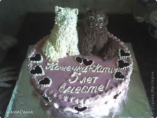 Тортик на юбилей - бисквит с безейной прослойкой, украшен белковым кремом и фигурками из айсинга. фото 5