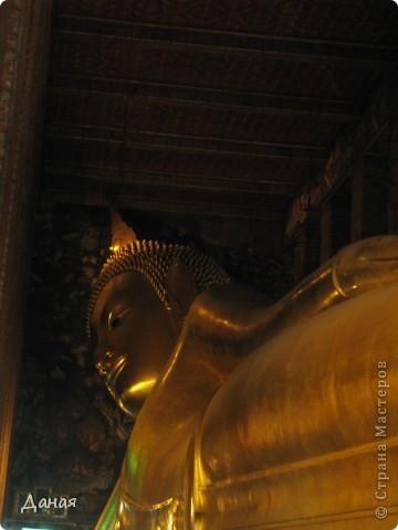 Если вам не надоело смотреть на мир моими глазами :), то сегодня предлагаю посетить столицу Тайланда - Бангкок. Изначально Бангкок представлял из себя небольшой торговый центр и порт, называвшийся в то время Банг Кок (Bang Кok) — место где растут оливки («bang» — деревня, «kok» — оливковый), обслуживающий столицу Таиланда того времени — город Аюттхая (Ayutthaya). В 1767 году Аюттхая был разрушен бирманцами и столица была временно перенесена на западный берег реки Чао Прайя в Тонбури (Thonburi) — в настоящее время являющийся частью Бангкока. В 1782м году Король Рама I построил дворец на восточном берегу и провозгласил Бангкок столицей Таиланда переименовав его в Крун Тхеп (Krung Thep), что значит «Город Ангелов». Таким образом деревня Бангкок перестала существовать, однако иностранцы продолжают называть столицу Таиланда «Бангкок». Полное официальное название города Крун Тхеп или Крун Тхеп Маханакхон Амон Раттанакосин Махинтараюттхая Махадилок Пхоп Ноппарат Ратчатани Буриром Удомратчанивет Махасатан Амон Пиман Аватан Сатит Саккатхаттийя Витсанукам Прасит (Krung Thep Mahanakhon Amon Rattanakosin Mahinthara Ayuthaya Mahadilok Phop Noppharat Ratchathani Burirom Udomratchaniwet Mahasathan Amon Piman Awatan Sathit Sakkathattiya Witsanukam Prasit) — что значит «город ангелов, великий город, город — вечное сокровище, неприступный город Бога Индры (God Indra), величественная столица мира одарённая девятью драгоценными камнями, счастливый город, полный изобилия грандиозный Королевский Дворец напоминающий божественную обитель где царствует перевоплощённый бог, город подаренный Индрой и построенный Вишнукарном (Vishnukarn)». Тайские дети учат официальное название столицы в школе… Сегодняшний Бангкок - современный урбанизированный город, но, тем не менее, город свято хранит уникальное наследие своего Сиамского прошлого. Оно находит отражение в культуре, экзотической архитектуре Бангкока, истинно буддийском терпении и тайском гостеприимстве.  фото 33