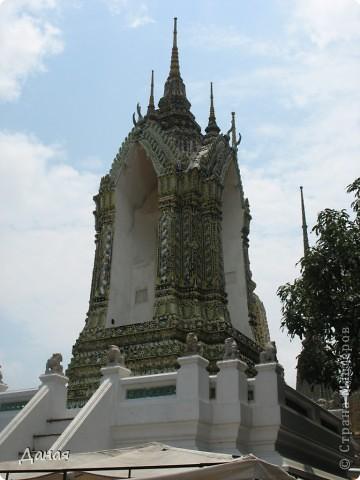 Если вам не надоело смотреть на мир моими глазами :), то сегодня предлагаю посетить столицу Тайланда - Бангкок. Изначально Бангкок представлял из себя небольшой торговый центр и порт, называвшийся в то время Банг Кок (Bang Кok) — место где растут оливки («bang» — деревня, «kok» — оливковый), обслуживающий столицу Таиланда того времени — город Аюттхая (Ayutthaya). В 1767 году Аюттхая был разрушен бирманцами и столица была временно перенесена на западный берег реки Чао Прайя в Тонбури (Thonburi) — в настоящее время являющийся частью Бангкока. В 1782м году Король Рама I построил дворец на восточном берегу и провозгласил Бангкок столицей Таиланда переименовав его в Крун Тхеп (Krung Thep), что значит «Город Ангелов». Таким образом деревня Бангкок перестала существовать, однако иностранцы продолжают называть столицу Таиланда «Бангкок». Полное официальное название города Крун Тхеп или Крун Тхеп Маханакхон Амон Раттанакосин Махинтараюттхая Махадилок Пхоп Ноппарат Ратчатани Буриром Удомратчанивет Махасатан Амон Пиман Аватан Сатит Саккатхаттийя Витсанукам Прасит (Krung Thep Mahanakhon Amon Rattanakosin Mahinthara Ayuthaya Mahadilok Phop Noppharat Ratchathani Burirom Udomratchaniwet Mahasathan Amon Piman Awatan Sathit Sakkathattiya Witsanukam Prasit) — что значит «город ангелов, великий город, город — вечное сокровище, неприступный город Бога Индры (God Indra), величественная столица мира одарённая девятью драгоценными камнями, счастливый город, полный изобилия грандиозный Королевский Дворец напоминающий божественную обитель где царствует перевоплощённый бог, город подаренный Индрой и построенный Вишнукарном (Vishnukarn)». Тайские дети учат официальное название столицы в школе… Сегодняшний Бангкок - современный урбанизированный город, но, тем не менее, город свято хранит уникальное наследие своего Сиамского прошлого. Оно находит отражение в культуре, экзотической архитектуре Бангкока, истинно буддийском терпении и тайском гостеприимстве.  фото 30