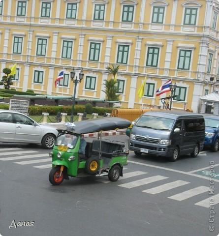 Если вам не надоело смотреть на мир моими глазами :), то сегодня предлагаю посетить столицу Тайланда - Бангкок. Изначально Бангкок представлял из себя небольшой торговый центр и порт, называвшийся в то время Банг Кок (Bang Кok) — место где растут оливки («bang» — деревня, «kok» — оливковый), обслуживающий столицу Таиланда того времени — город Аюттхая (Ayutthaya). В 1767 году Аюттхая был разрушен бирманцами и столица была временно перенесена на западный берег реки Чао Прайя в Тонбури (Thonburi) — в настоящее время являющийся частью Бангкока. В 1782м году Король Рама I построил дворец на восточном берегу и провозгласил Бангкок столицей Таиланда переименовав его в Крун Тхеп (Krung Thep), что значит «Город Ангелов». Таким образом деревня Бангкок перестала существовать, однако иностранцы продолжают называть столицу Таиланда «Бангкок». Полное официальное название города Крун Тхеп или Крун Тхеп Маханакхон Амон Раттанакосин Махинтараюттхая Махадилок Пхоп Ноппарат Ратчатани Буриром Удомратчанивет Махасатан Амон Пиман Аватан Сатит Саккатхаттийя Витсанукам Прасит (Krung Thep Mahanakhon Amon Rattanakosin Mahinthara Ayuthaya Mahadilok Phop Noppharat Ratchathani Burirom Udomratchaniwet Mahasathan Amon Piman Awatan Sathit Sakkathattiya Witsanukam Prasit) — что значит «город ангелов, великий город, город — вечное сокровище, неприступный город Бога Индры (God Indra), величественная столица мира одарённая девятью драгоценными камнями, счастливый город, полный изобилия грандиозный Королевский Дворец напоминающий божественную обитель где царствует перевоплощённый бог, город подаренный Индрой и построенный Вишнукарном (Vishnukarn)». Тайские дети учат официальное название столицы в школе… Сегодняшний Бангкок - современный урбанизированный город, но, тем не менее, город свято хранит уникальное наследие своего Сиамского прошлого. Оно находит отражение в культуре, экзотической архитектуре Бангкока, истинно буддийском терпении и тайском гостеприимстве.  фото 29