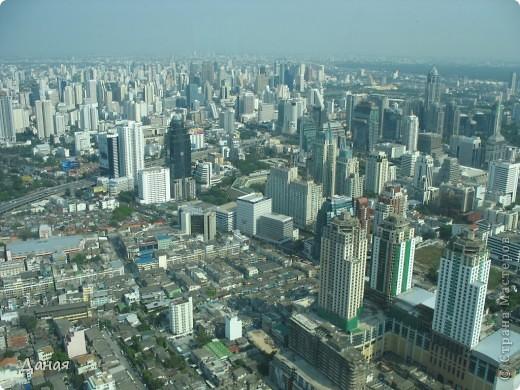 Если вам не надоело смотреть на мир моими глазами :), то сегодня предлагаю посетить столицу Тайланда - Бангкок. Изначально Бангкок представлял из себя небольшой торговый центр и порт, называвшийся в то время Банг Кок (Bang Кok) — место где растут оливки («bang» — деревня, «kok» — оливковый), обслуживающий столицу Таиланда того времени — город Аюттхая (Ayutthaya). В 1767 году Аюттхая был разрушен бирманцами и столица была временно перенесена на западный берег реки Чао Прайя в Тонбури (Thonburi) — в настоящее время являющийся частью Бангкока. В 1782м году Король Рама I построил дворец на восточном берегу и провозгласил Бангкок столицей Таиланда переименовав его в Крун Тхеп (Krung Thep), что значит «Город Ангелов». Таким образом деревня Бангкок перестала существовать, однако иностранцы продолжают называть столицу Таиланда «Бангкок». Полное официальное название города Крун Тхеп или Крун Тхеп Маханакхон Амон Раттанакосин Махинтараюттхая Махадилок Пхоп Ноппарат Ратчатани Буриром Удомратчанивет Махасатан Амон Пиман Аватан Сатит Саккатхаттийя Витсанукам Прасит (Krung Thep Mahanakhon Amon Rattanakosin Mahinthara Ayuthaya Mahadilok Phop Noppharat Ratchathani Burirom Udomratchaniwet Mahasathan Amon Piman Awatan Sathit Sakkathattiya Witsanukam Prasit) — что значит «город ангелов, великий город, город — вечное сокровище, неприступный город Бога Индры (God Indra), величественная столица мира одарённая девятью драгоценными камнями, счастливый город, полный изобилия грандиозный Королевский Дворец напоминающий божественную обитель где царствует перевоплощённый бог, город подаренный Индрой и построенный Вишнукарном (Vishnukarn)». Тайские дети учат официальное название столицы в школе… Сегодняшний Бангкок - современный урбанизированный город, но, тем не менее, город свято хранит уникальное наследие своего Сиамского прошлого. Оно находит отражение в культуре, экзотической архитектуре Бангкока, истинно буддийском терпении и тайском гостеприимстве.  фото 35