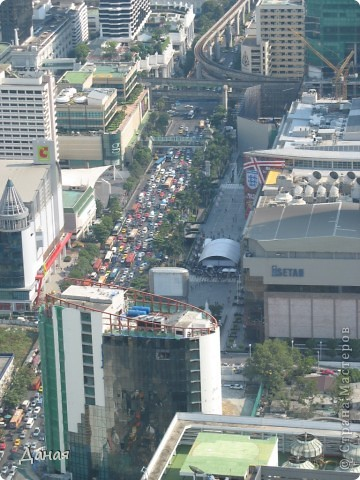 Если вам не надоело смотреть на мир моими глазами :), то сегодня предлагаю посетить столицу Тайланда - Бангкок. Изначально Бангкок представлял из себя небольшой торговый центр и порт, называвшийся в то время Банг Кок (Bang Кok) — место где растут оливки («bang» — деревня, «kok» — оливковый), обслуживающий столицу Таиланда того времени — город Аюттхая (Ayutthaya). В 1767 году Аюттхая был разрушен бирманцами и столица была временно перенесена на западный берег реки Чао Прайя в Тонбури (Thonburi) — в настоящее время являющийся частью Бангкока. В 1782м году Король Рама I построил дворец на восточном берегу и провозгласил Бангкок столицей Таиланда переименовав его в Крун Тхеп (Krung Thep), что значит «Город Ангелов». Таким образом деревня Бангкок перестала существовать, однако иностранцы продолжают называть столицу Таиланда «Бангкок». Полное официальное название города Крун Тхеп или Крун Тхеп Маханакхон Амон Раттанакосин Махинтараюттхая Махадилок Пхоп Ноппарат Ратчатани Буриром Удомратчанивет Махасатан Амон Пиман Аватан Сатит Саккатхаттийя Витсанукам Прасит (Krung Thep Mahanakhon Amon Rattanakosin Mahinthara Ayuthaya Mahadilok Phop Noppharat Ratchathani Burirom Udomratchaniwet Mahasathan Amon Piman Awatan Sathit Sakkathattiya Witsanukam Prasit) — что значит «город ангелов, великий город, город — вечное сокровище, неприступный город Бога Индры (God Indra), величественная столица мира одарённая девятью драгоценными камнями, счастливый город, полный изобилия грандиозный Королевский Дворец напоминающий божественную обитель где царствует перевоплощённый бог, город подаренный Индрой и построенный Вишнукарном (Vishnukarn)». Тайские дети учат официальное название столицы в школе… Сегодняшний Бангкок - современный урбанизированный город, но, тем не менее, город свято хранит уникальное наследие своего Сиамского прошлого. Оно находит отражение в культуре, экзотической архитектуре Бангкока, истинно буддийском терпении и тайском гостеприимстве.  фото 36