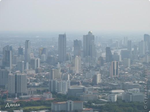 Если вам не надоело смотреть на мир моими глазами :), то сегодня предлагаю посетить столицу Тайланда - Бангкок. Изначально Бангкок представлял из себя небольшой торговый центр и порт, называвшийся в то время Банг Кок (Bang Кok) — место где растут оливки («bang» — деревня, «kok» — оливковый), обслуживающий столицу Таиланда того времени — город Аюттхая (Ayutthaya). В 1767 году Аюттхая был разрушен бирманцами и столица была временно перенесена на западный берег реки Чао Прайя в Тонбури (Thonburi) — в настоящее время являющийся частью Бангкока. В 1782м году Король Рама I построил дворец на восточном берегу и провозгласил Бангкок столицей Таиланда переименовав его в Крун Тхеп (Krung Thep), что значит «Город Ангелов». Таким образом деревня Бангкок перестала существовать, однако иностранцы продолжают называть столицу Таиланда «Бангкок». Полное официальное название города Крун Тхеп или Крун Тхеп Маханакхон Амон Раттанакосин Махинтараюттхая Махадилок Пхоп Ноппарат Ратчатани Буриром Удомратчанивет Махасатан Амон Пиман Аватан Сатит Саккатхаттийя Витсанукам Прасит (Krung Thep Mahanakhon Amon Rattanakosin Mahinthara Ayuthaya Mahadilok Phop Noppharat Ratchathani Burirom Udomratchaniwet Mahasathan Amon Piman Awatan Sathit Sakkathattiya Witsanukam Prasit) — что значит «город ангелов, великий город, город — вечное сокровище, неприступный город Бога Индры (God Indra), величественная столица мира одарённая девятью драгоценными камнями, счастливый город, полный изобилия грандиозный Королевский Дворец напоминающий божественную обитель где царствует перевоплощённый бог, город подаренный Индрой и построенный Вишнукарном (Vishnukarn)». Тайские дети учат официальное название столицы в школе… Сегодняшний Бангкок - современный урбанизированный город, но, тем не менее, город свято хранит уникальное наследие своего Сиамского прошлого. Оно находит отражение в культуре, экзотической архитектуре Бангкока, истинно буддийском терпении и тайском гостеприимстве.  фото 37