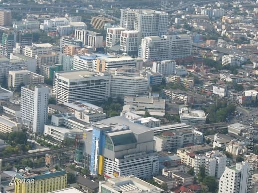 Если вам не надоело смотреть на мир моими глазами :), то сегодня предлагаю посетить столицу Тайланда - Бангкок. Изначально Бангкок представлял из себя небольшой торговый центр и порт, называвшийся в то время Банг Кок (Bang Кok) — место где растут оливки («bang» — деревня, «kok» — оливковый), обслуживающий столицу Таиланда того времени — город Аюттхая (Ayutthaya). В 1767 году Аюттхая был разрушен бирманцами и столица была временно перенесена на западный берег реки Чао Прайя в Тонбури (Thonburi) — в настоящее время являющийся частью Бангкока. В 1782м году Король Рама I построил дворец на восточном берегу и провозгласил Бангкок столицей Таиланда переименовав его в Крун Тхеп (Krung Thep), что значит «Город Ангелов». Таким образом деревня Бангкок перестала существовать, однако иностранцы продолжают называть столицу Таиланда «Бангкок». Полное официальное название города Крун Тхеп или Крун Тхеп Маханакхон Амон Раттанакосин Махинтараюттхая Махадилок Пхоп Ноппарат Ратчатани Буриром Удомратчанивет Махасатан Амон Пиман Аватан Сатит Саккатхаттийя Витсанукам Прасит (Krung Thep Mahanakhon Amon Rattanakosin Mahinthara Ayuthaya Mahadilok Phop Noppharat Ratchathani Burirom Udomratchaniwet Mahasathan Amon Piman Awatan Sathit Sakkathattiya Witsanukam Prasit) — что значит «город ангелов, великий город, город — вечное сокровище, неприступный город Бога Индры (God Indra), величественная столица мира одарённая девятью драгоценными камнями, счастливый город, полный изобилия грандиозный Королевский Дворец напоминающий божественную обитель где царствует перевоплощённый бог, город подаренный Индрой и построенный Вишнукарном (Vishnukarn)». Тайские дети учат официальное название столицы в школе… Сегодняшний Бангкок - современный урбанизированный город, но, тем не менее, город свято хранит уникальное наследие своего Сиамского прошлого. Оно находит отражение в культуре, экзотической архитектуре Бангкока, истинно буддийском терпении и тайском гостеприимстве.  фото 39