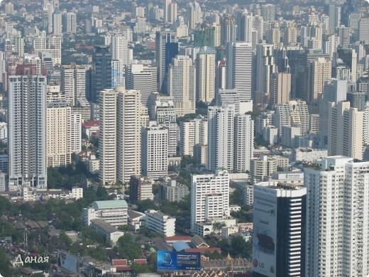 Если вам не надоело смотреть на мир моими глазами :), то сегодня предлагаю посетить столицу Тайланда - Бангкок. Изначально Бангкок представлял из себя небольшой торговый центр и порт, называвшийся в то время Банг Кок (Bang Кok) — место где растут оливки («bang» — деревня, «kok» — оливковый), обслуживающий столицу Таиланда того времени — город Аюттхая (Ayutthaya). В 1767 году Аюттхая был разрушен бирманцами и столица была временно перенесена на западный берег реки Чао Прайя в Тонбури (Thonburi) — в настоящее время являющийся частью Бангкока. В 1782м году Король Рама I построил дворец на восточном берегу и провозгласил Бангкок столицей Таиланда переименовав его в Крун Тхеп (Krung Thep), что значит «Город Ангелов». Таким образом деревня Бангкок перестала существовать, однако иностранцы продолжают называть столицу Таиланда «Бангкок». Полное официальное название города Крун Тхеп или Крун Тхеп Маханакхон Амон Раттанакосин Махинтараюттхая Махадилок Пхоп Ноппарат Ратчатани Буриром Удомратчанивет Махасатан Амон Пиман Аватан Сатит Саккатхаттийя Витсанукам Прасит (Krung Thep Mahanakhon Amon Rattanakosin Mahinthara Ayuthaya Mahadilok Phop Noppharat Ratchathani Burirom Udomratchaniwet Mahasathan Amon Piman Awatan Sathit Sakkathattiya Witsanukam Prasit) — что значит «город ангелов, великий город, город — вечное сокровище, неприступный город Бога Индры (God Indra), величественная столица мира одарённая девятью драгоценными камнями, счастливый город, полный изобилия грандиозный Королевский Дворец напоминающий божественную обитель где царствует перевоплощённый бог, город подаренный Индрой и построенный Вишнукарном (Vishnukarn)». Тайские дети учат официальное название столицы в школе… Сегодняшний Бангкок - современный урбанизированный город, но, тем не менее, город свято хранит уникальное наследие своего Сиамского прошлого. Оно находит отражение в культуре, экзотической архитектуре Бангкока, истинно буддийском терпении и тайском гостеприимстве.  фото 38