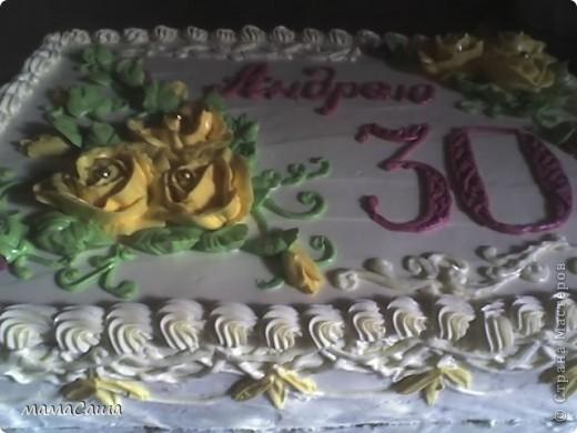 Тортик на юбилей - бисквит с безейной прослойкой, украшен белковым кремом и фигурками из айсинга. фото 14