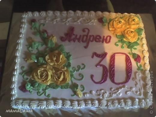 Тортик на юбилей - бисквит с безейной прослойкой, украшен белковым кремом и фигурками из айсинга. фото 13