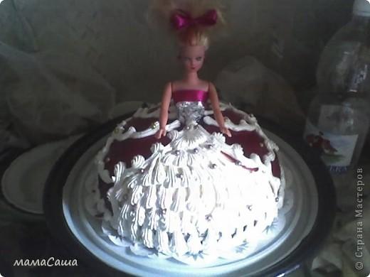 Тортик на юбилей - бисквит с безейной прослойкой, украшен белковым кремом и фигурками из айсинга. фото 15