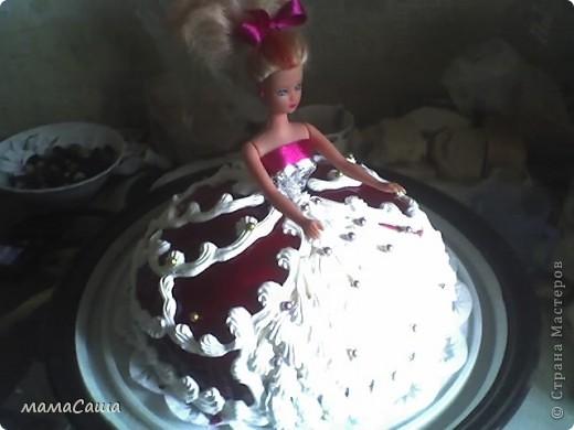 Тортик на юбилей - бисквит с безейной прослойкой, украшен белковым кремом и фигурками из айсинга. фото 17
