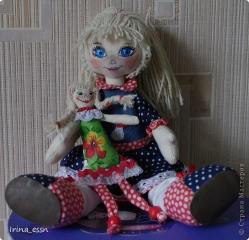 Девочка Мила и кукла Нюся. Мила шилась в подарок. Она скоро уедет к новой маме. А чтобы ей не было страшно и скучно в дороге, я сшила ей куколку ). фото 4