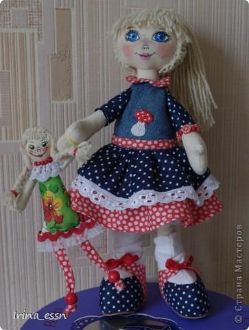 Девочка Мила и кукла Нюся. Мила шилась в подарок. Она скоро уедет к новой маме. А чтобы ей не было страшно и скучно в дороге, я сшила ей куколку ). фото 1