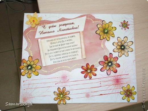 Картон, фон, цветы из бумаги, раскрашенные гуашью. фото 2
