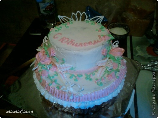Тортик на юбилей - бисквит с безейной прослойкой, украшен белковым кремом и фигурками из айсинга. фото 12
