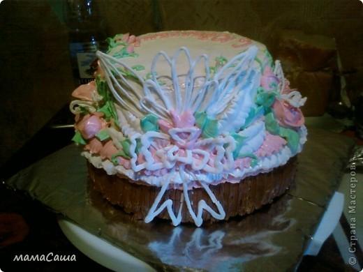 Тортик на юбилей - бисквит с безейной прослойкой, украшен белковым кремом и фигурками из айсинга. фото 11