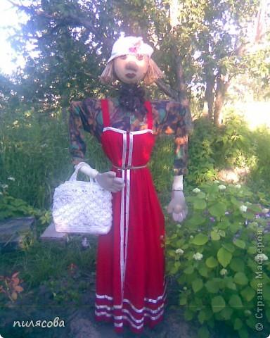 Мадам Чучелло живёт у нас в огороде среди своих друзей петушка и Божьей коровки. фото 2