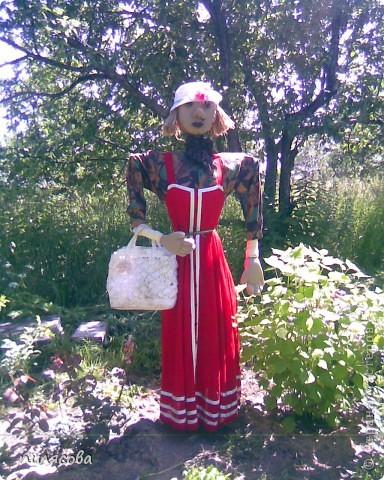 Мадам Чучелло живёт у нас в огороде среди своих друзей петушка и Божьей коровки. фото 8