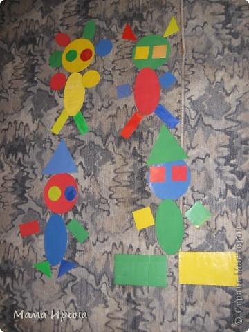Вот так мы с Машей изучаем геометрические фигуры и основные цвета. Игру делала года полтора назад, но Маша до сих пор с удовольствием в нее играет. Из цветной бумаги вырезала основные фигуры разных размеров 4-х основных цветов. Для долговечности приклеила их на картон из-под различных упаковок и обмотала скотчем так как дочь на тот момент все тянула в рот. Некоторые маленькие фигурки пробовала раскрашивать акварелью - получился интересный оттенок. На фото не знаю заметно его или нет.  фото 1