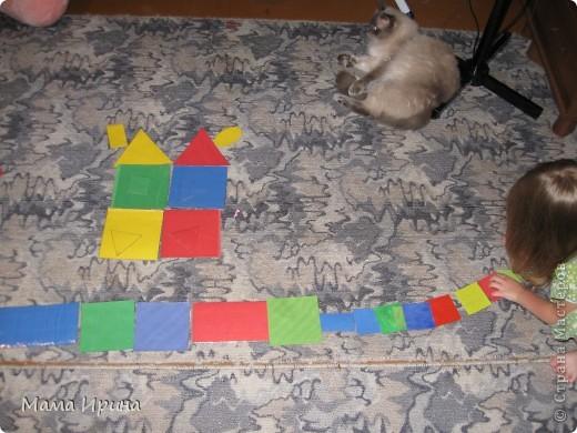 Вот так мы с Машей изучаем геометрические фигуры и основные цвета. Игру делала года полтора назад, но Маша до сих пор с удовольствием в нее играет. Из цветной бумаги вырезала основные фигуры разных размеров 4-х основных цветов. Для долговечности приклеила их на картон из-под различных упаковок и обмотала скотчем так как дочь на тот момент все тянула в рот. Некоторые маленькие фигурки пробовала раскрашивать акварелью - получился интересный оттенок. На фото не знаю заметно его или нет.  фото 3