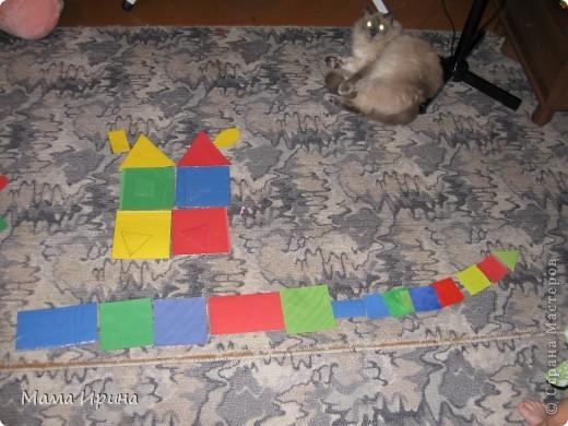 Вот так мы с Машей изучаем геометрические фигуры и основные цвета. Игру делала года полтора назад, но Маша до сих пор с удовольствием в нее играет. Из цветной бумаги вырезала основные фигуры разных размеров 4-х основных цветов. Для долговечности приклеила их на картон из-под различных упаковок и обмотала скотчем так как дочь на тот момент все тянула в рот. Некоторые маленькие фигурки пробовала раскрашивать акварелью - получился интересный оттенок. На фото не знаю заметно его или нет.  фото 4