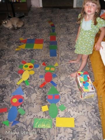 Вот так мы с Машей изучаем геометрические фигуры и основные цвета. Игру делала года полтора назад, но Маша до сих пор с удовольствием в нее играет. Из цветной бумаги вырезала основные фигуры разных размеров 4-х основных цветов. Для долговечности приклеила их на картон из-под различных упаковок и обмотала скотчем так как дочь на тот момент все тянула в рот. Некоторые маленькие фигурки пробовала раскрашивать акварелью - получился интересный оттенок. На фото не знаю заметно его или нет.  фото 2