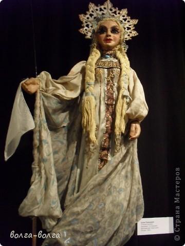 В Москве открылась выставка кукол, приуроченная к 110-летнему юбилею Сергея Образцова, актера и режиссера, который всю жизнь проработал с этими хрупкими персонажами и создал театр, которому  исполнилось 80 лет. В фондах музея хранятся около 4 тысяч кукол из разных стран мира, но экспонатами выставки стали самые ценные, редкие и оригинальные из них. Многие из кукол знакомы зрителям театра Образцова с детства, но это первая возможность увидеть их на расстоянии вытянутой руки. фото 7