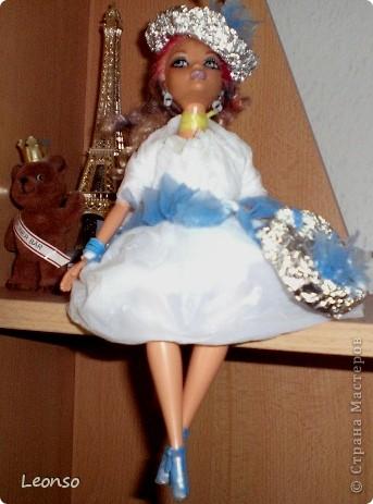 Моя дочь в школе участвовала в проекте.Нужно было одеть куклу в одежду из отходов Вот так она одела свою куколку фото 1