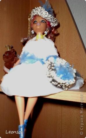Моя дочь в школе участвовала в проекте.Нужно было одеть куклу в одежду из отходов Вот так она одела свою куколку фото 2