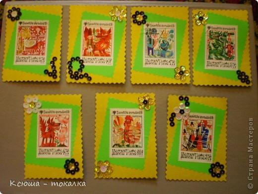 Очень нравятся вот эти марки со сказками. Правда, не все сказки смогла идентифицировать:))) Этим маркам более 30 лет, их когда - то собирал мой отец:) Украшены цветочками из пайеток. фото 1