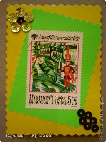 Очень нравятся вот эти марки со сказками. Правда, не все сказки смогла идентифицировать:))) Этим маркам более 30 лет, их когда - то собирал мой отец:) Украшены цветочками из пайеток. фото 6