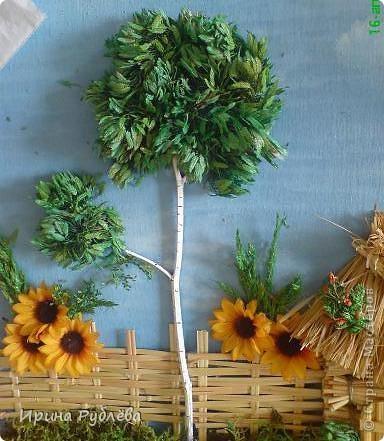 """Вот такой симпатичный домик можно сделать из соломы или сухих травяных стеблей.  Для работы нужно приготовить: *Основу из фанеры, ДВП или гофракартона *Тонкую, можно старую, х/б ткань без яркого рисунка *Мучной клейстер *Гуашь и кисти *Мох, веточки, сухоцветы или искусственные мклкие цветочки *Травяную кисть для побелки *Соломку или сухие стебли травы *Шпагат (тонкую верёвочку) *Клей """"Дракон"""" или """"Титан"""", удобен в работе термопистолет фото 9"""
