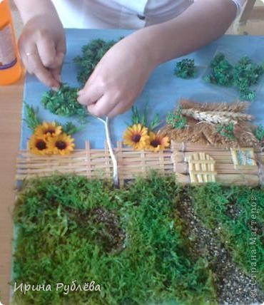 """Вот такой симпатичный домик можно сделать из соломы или сухих травяных стеблей.  Для работы нужно приготовить: *Основу из фанеры, ДВП или гофракартона *Тонкую, можно старую, х/б ткань без яркого рисунка *Мучной клейстер *Гуашь и кисти *Мох, веточки, сухоцветы или искусственные мклкие цветочки *Травяную кисть для побелки *Соломку или сухие стебли травы *Шпагат (тонкую верёвочку) *Клей """"Дракон"""" или """"Титан"""", удобен в работе термопистолет фото 8"""