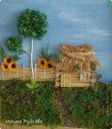"""Вот такой симпатичный домик можно сделать из соломы или сухих травяных стеблей.  Для работы нужно приготовить: *Основу из фанеры, ДВП или гофракартона *Тонкую, можно старую, х/б ткань без яркого рисунка *Мучной клейстер *Гуашь и кисти *Мох, веточки, сухоцветы или искусственные мклкие цветочки *Травяную кисть для побелки *Соломку или сухие стебли травы *Шпагат (тонкую верёвочку) *Клей """"Дракон"""" или """"Титан"""", удобен в работе термопистолет фото 10"""