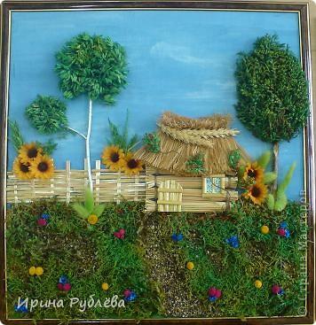 """Вот такой симпатичный домик можно сделать из соломы или сухих травяных стеблей.  Для работы нужно приготовить: *Основу из фанеры, ДВП или гофракартона *Тонкую, можно старую, х/б ткань без яркого рисунка *Мучной клейстер *Гуашь и кисти *Мох, веточки, сухоцветы или искусственные мклкие цветочки *Травяную кисть для побелки *Соломку или сухие стебли травы *Шпагат (тонкую верёвочку) *Клей """"Дракон"""" или """"Титан"""", удобен в работе термопистолет фото 1"""