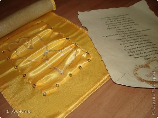 Набор на третью годовщину свадьбы. 3 года брака, это кожаная свадьба, поэтому попросили добавить в набор кожу. Кожа - удовольствие не из дешевых, поэтому коробку-упаковку обтягивала кожзаменителем светлого цвета. Коробка внутри и снаружи мягкая (использовала синтепон).  фото 9
