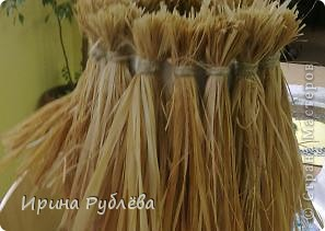 """Вот такой симпатичный домик можно сделать из соломы или сухих травяных стеблей.  Для работы нужно приготовить: *Основу из фанеры, ДВП или гофракартона *Тонкую, можно старую, х/б ткань без яркого рисунка *Мучной клейстер *Гуашь и кисти *Мох, веточки, сухоцветы или искусственные мклкие цветочки *Травяную кисть для побелки *Соломку или сухие стебли травы *Шпагат (тонкую верёвочку) *Клей """"Дракон"""" или """"Титан"""", удобен в работе термопистолет фото 5"""