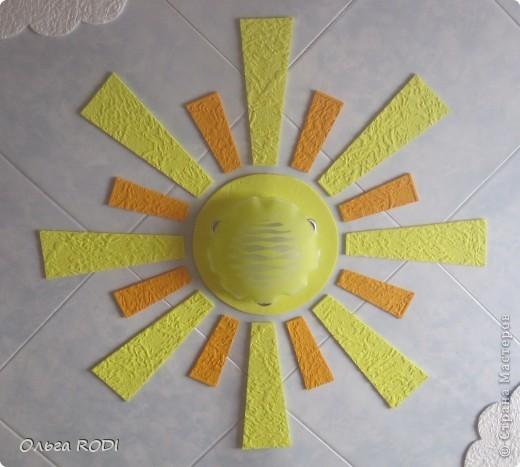Всем доброго времени суток! Хочу поделиться идеей потолка для детской комнаты. Конечно до красоты подвесных и натяжных потолков далеко, но как экономичный и весёленький вариант вполне сгодится! Солнышко и облачка на голубом небе.... Извиняюсь за качество фото, погода пасмурная. В жизни всё выглядит гораздо ярче.... Первый слой - потолочная плитка с небесной окраской за 15 руб. шт., облака и лучики - белая потолочная плитка за 8 руб. шт., люстра - 400 руб.  фото 1