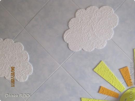 Всем доброго времени суток! Хочу поделиться идеей потолка для детской комнаты. Конечно до красоты подвесных и натяжных потолков далеко, но как экономичный и весёленький вариант вполне сгодится! Солнышко и облачка на голубом небе.... Извиняюсь за качество фото, погода пасмурная. В жизни всё выглядит гораздо ярче.... Первый слой - потолочная плитка с небесной окраской за 15 руб. шт., облака и лучики - белая потолочная плитка за 8 руб. шт., люстра - 400 руб.  фото 3