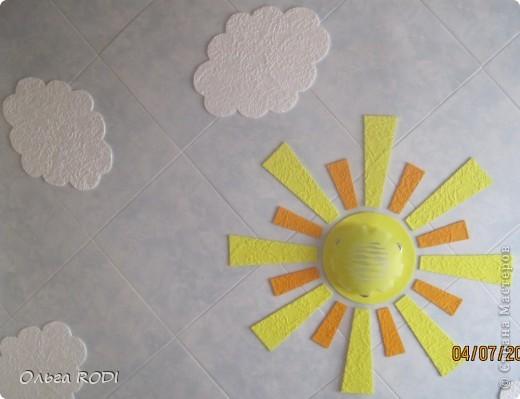 Всем доброго времени суток! Хочу поделиться идеей потолка для детской комнаты. Конечно до красоты подвесных и натяжных потолков далеко, но как экономичный и весёленький вариант вполне сгодится! Солнышко и облачка на голубом небе.... Извиняюсь за качество фото, погода пасмурная. В жизни всё выглядит гораздо ярче.... Первый слой - потолочная плитка с небесной окраской за 15 руб. шт., облака и лучики - белая потолочная плитка за 8 руб. шт., люстра - 400 руб.  фото 2
