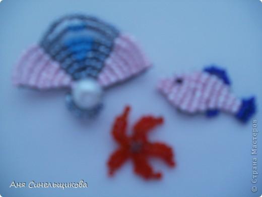 Вот такие маленькие морские жители получились у меня из бисера, проволоки и одной бусинки. Я думаю, что их можно использовать как материал для украшения рамки, коробочки, альбома и тд. К сожалению, у меня нет схем фото 1