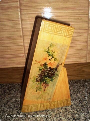 Вот такая подставочка для ножей у меня получилась. Очень люблю фактуру дерева. Жаль было закрывать ее краской, тем более, что кухня у меня деревянная и плитка соответствующего тона. Вид спереди. фото 6
