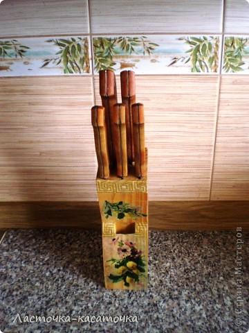 Вот такая подставочка для ножей у меня получилась. Очень люблю фактуру дерева. Жаль было закрывать ее краской, тем более, что кухня у меня деревянная и плитка соответствующего тона. Вид спереди. фото 1