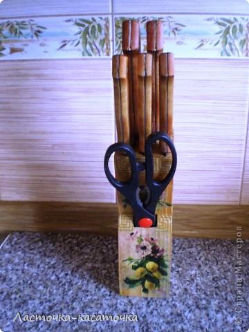 Вот такая подставочка для ножей у меня получилась. Очень люблю фактуру дерева. Жаль было закрывать ее краской, тем более, что кухня у меня деревянная и плитка соответствующего тона. Вид спереди. фото 2