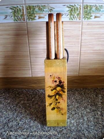 Вот такая подставочка для ножей у меня получилась. Очень люблю фактуру дерева. Жаль было закрывать ее краской, тем более, что кухня у меня деревянная и плитка соответствующего тона. Вид спереди. фото 4