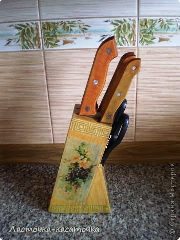 Вот такая подставочка для ножей у меня получилась. Очень люблю фактуру дерева. Жаль было закрывать ее краской, тем более, что кухня у меня деревянная и плитка соответствующего тона. Вид спереди. фото 5