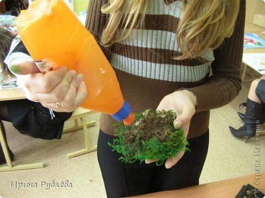 """Вот такой симпатичный домик можно сделать из соломы или сухих травяных стеблей.  Для работы нужно приготовить: *Основу из фанеры, ДВП или гофракартона *Тонкую, можно старую, х/б ткань без яркого рисунка *Мучной клейстер *Гуашь и кисти *Мох, веточки, сухоцветы или искусственные мклкие цветочки *Травяную кисть для побелки *Соломку или сухие стебли травы *Шпагат (тонкую верёвочку) *Клей """"Дракон"""" или """"Титан"""", удобен в работе термопистолет фото 7"""