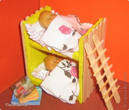 Здравствуйте, дорогие гости моего блога! Покажу небольшой фото-МК как можно сделать двухъярусную кроватку небольшим игрушкам- куколкам или пупсикам. фото 35