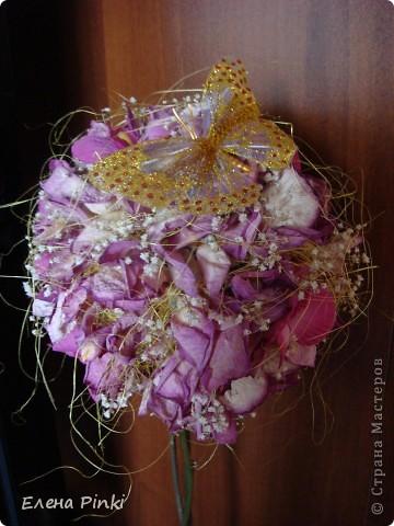 Здравствуйте дорогие мастерицы!!!наверняка не я одна такая...мне вот всегда очень жалко выбрасывать цветочки после того как они завяли и в этот раз после своего дня рождения я решила не выкидывать, а посушить...   фото 7