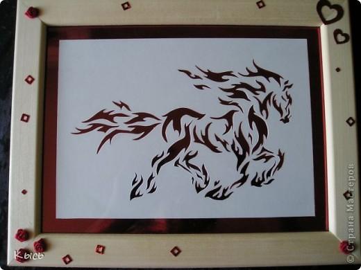 Работа сделана в подарок сестре, родившейся в год огненной лошади.  Шаблон найден на просторах Страны Мастеров. Фон- красный металлизированный картон.