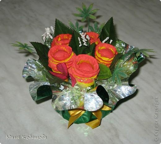 """Маленький букетик с конфетками """"Алёнка"""", делала для дочки, ей очень понравился, а конфеты из цветочков оказались на много вкуснее чем обычные. фото 1"""